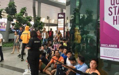 စင်္ကာပူနိုင်ငံ အောချက်လမ်းမှာ iPhone X ဝယ်ယူရန် အတွက် တန်းစီနေခြင်း