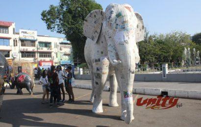 သဘာဝပတ်ဝန်းကျင်အရေး လှုပ်ရှားသူများက ပညာပေးလှုပ်ရှားမှုပြုလုပ်မှုအစီအစဉ်များကို ရန်ကုန်မြို့တော်ခန်းမရှေ့တွင် ပြုလုပ်နေစဉ်