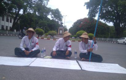 မန္တလေးတက္ကသိုလ်ကျောင်းသားများ သမဂ္ဂအဖွဲ့ဝင် ကျောင်းသား(၃) ဦးက ကျောင်းအတွင်း ဆိုင်ကယ်များပျောက်ဆုံးနေသည့့်ကိစ္စများ တာဝန်ယူဖြေရှင်းပေးနိုင်ရေး တောင်းဆိုဆန္ဒထုတ်ဖော်